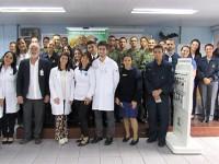 Diretora das VCB-SP (ao centro), equipe do censo oftalmológico e militares do Com8ºDN