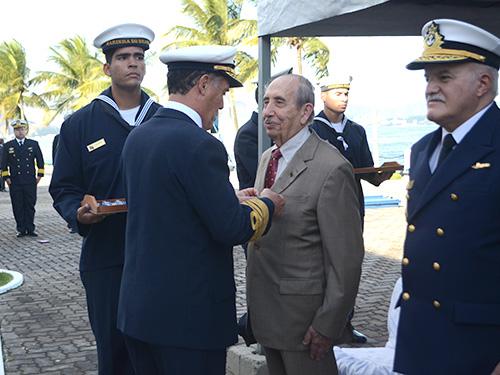 Almirante de Esquadra, reformado, Mauro Cesar, recebe a medalha-prêmio do Diretor-Geral do Pessoal da Marinha