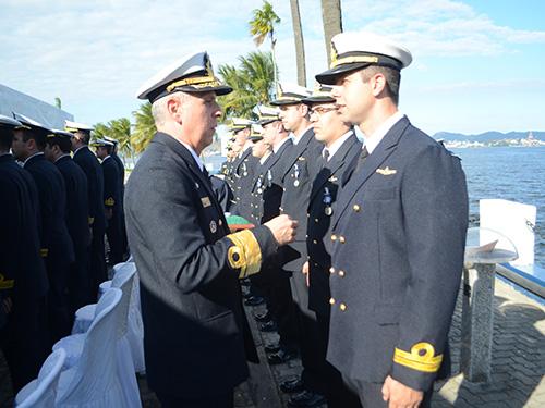 Imposição das comendas aos oficiais intermediários é realizada pelo Comandante do CIAW