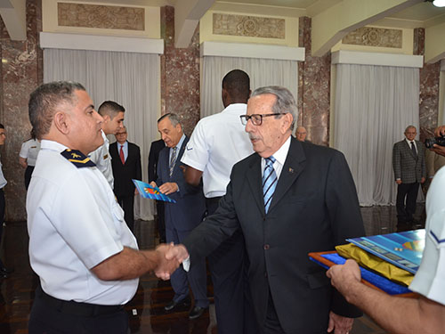 Na ocasião, os Ex-Comandantes da Marinha, Alte Esq Guimarães Carvalho e Alte Esq Moura Neto (ao fundo), realizaram a entrega de prêmios e certificados