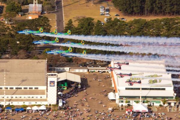 Esquadrilhas do Brasil e do Chile no céu de Pirassununga