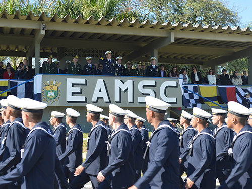 Desfile em continência ao Comandante da EAMSC