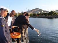 """Representante da ANVFEB, Daniel Roque, e da APRAMA, Capitão de Fragata, da reserva, João Abrahão da Silva, durante lançamento das pétalas de flores ao mar a bordo do """"Anequim"""""""
