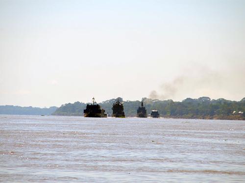 Exercício de trânsito com oposição assimétrica de superfície no rio Amazonas
