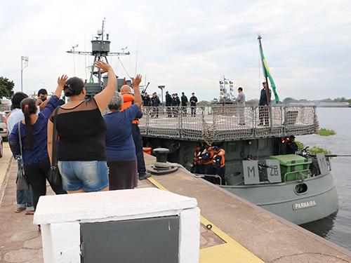 Familiares se despedem dos militares durante a partida dos navios
