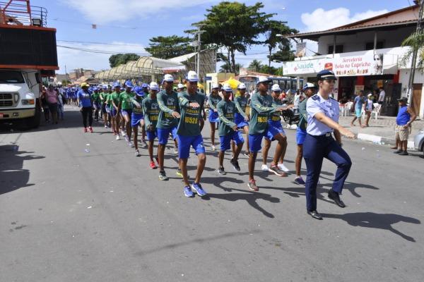 Crianças participam dos 55 anos da emancipação política da cidade de Lauro de Freitas