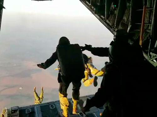 Batalhão de Operações Especiais de Fuzileiros Navais e GRUMEC realizam adestramento de salto