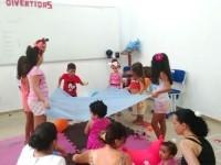 Crianças durante atividade educacional