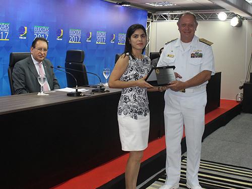 Vice-Almirante Hecht recebeu uma placa em homenagem aos serviços prestados durante a eleição no Amazonas