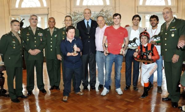 Exército Brasileiro é homenageado durante Grande Prêmio Duque de Caxias