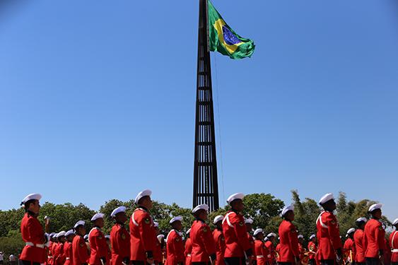 Marinha do Brasil realiza cerimônia de substituição da Bandeira Nacional
