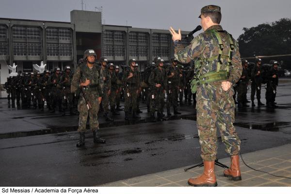 Cadetes recebem instruções teóricas e práticas durante atividade de campanha