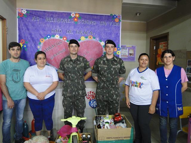 Militares do 5º RC Mec distribuem brinquedos em escolas de Quaraí (RS) no Dia das Crianças