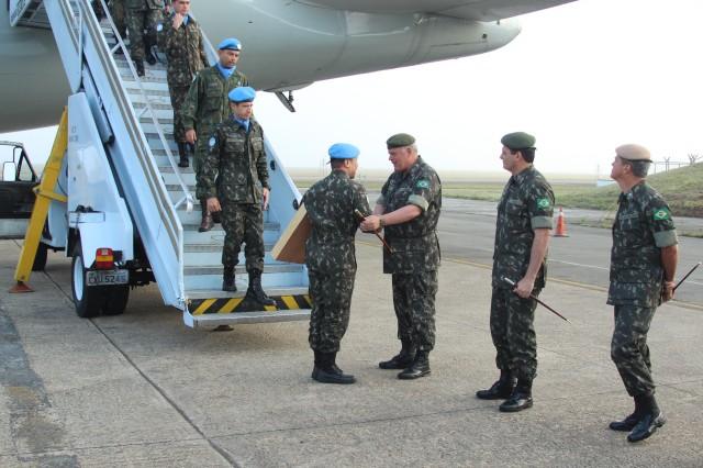 Militares do último escalão do Contingente Brasileiro no Haiti recebem as boas-vindas ao desembarcarem em solo pátrio