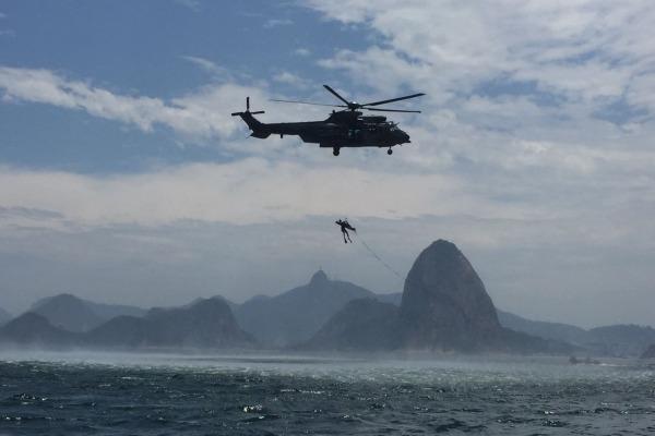 Esquadrão Puma realiza treinamento de resgate na água