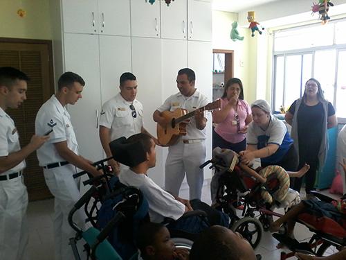 """Militares da Força de Submarinos visitam crianças da """"Obra Social Dona Meca"""""""