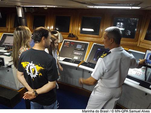 """Navio Patrulha """"Macau"""" recebe velejadores e integrantes da Sociedade Amigos da Marinha de Pernambuco"""