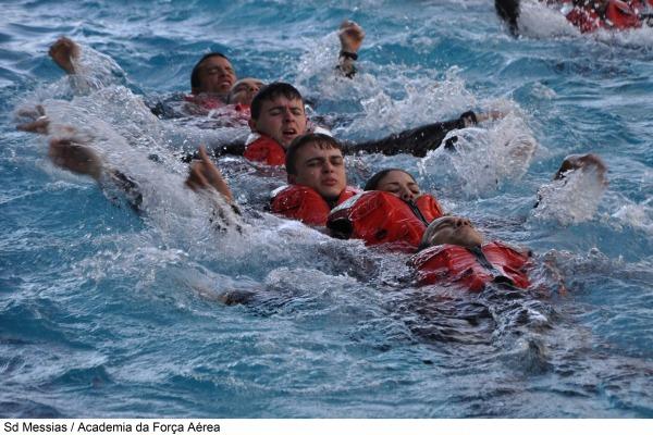 Cadetes da AFA realizam exercício de sobrevivência no mar