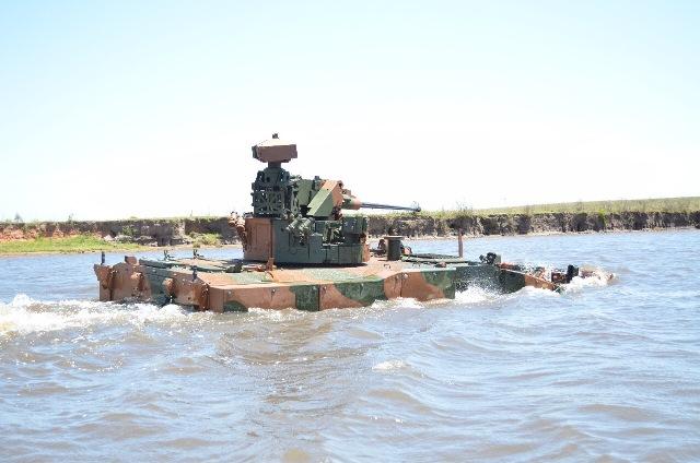 Navegação fluvial da Viatura Blindada de Transporte de Pessoal-Média de Rodas (VBTP-MR) Guarani