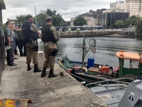 Com1ºDN e CPRJ realizam apreensão de embarcação pesqueira na Baía de Guanabara