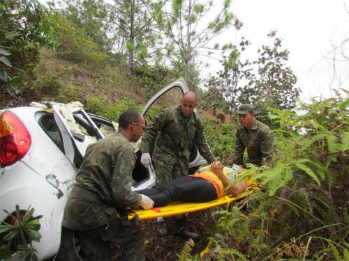 Fuzileiros Navais de Salvador socorrem casal acidentado no Litoral Norte baiano