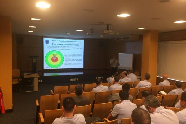 Oficiais-Alunos da ECEMAR estudam soluções para desafios operacionais da FAB