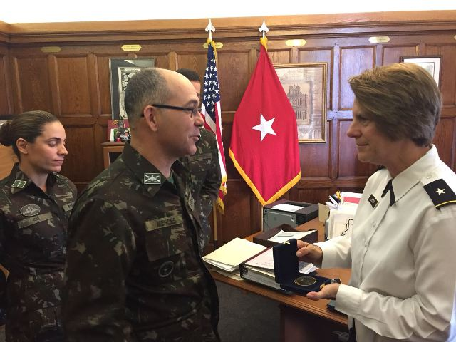 Intercâmbio de oficiais de Academias Militares que formam mulheres na linha Bélica Combatente
