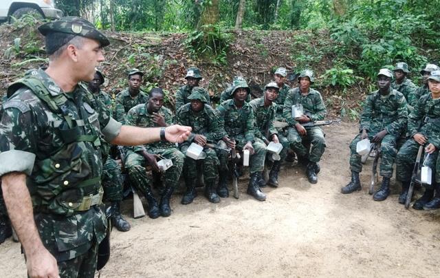 Militares do Exército Brasileiro ministram instruções de selva na Força de Defesa da Guiana