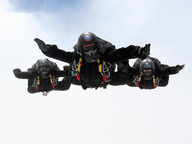 Demonstração de paraquedismo militar no Grande Prêmio Brasil de Fórmula 1