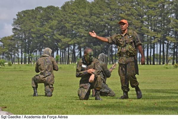 Cadetes da Academia da Força Aérea realizam treinamento de evasão