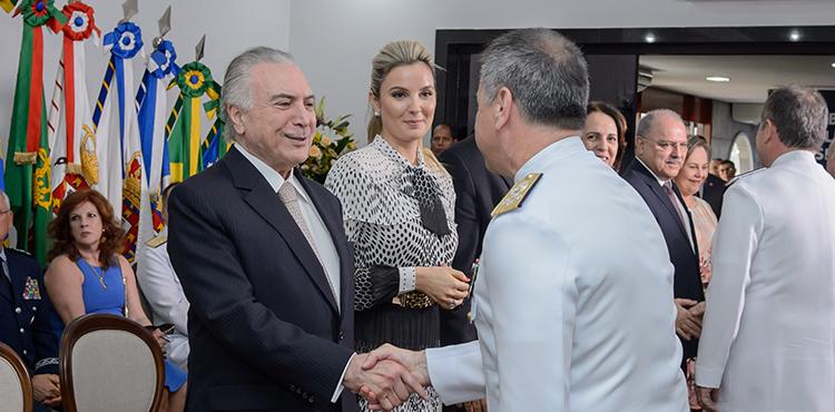 Oficiais Generais das Forças Armadas cumprimentam o presidente Temer em cerimônia de fim de ano