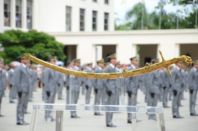 Novos Aspirantes da Turma Tenente Iporan Nunes de Oliveira receberam suas espadas