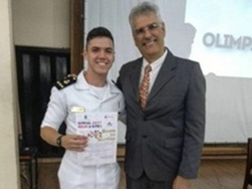 Aluno do Colégio Naval é homenageado na Olimpíada de Química do Rio de Janeiro