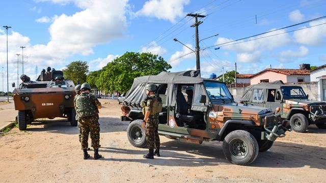 Blindados do Exército patrulham bairro da cidade de Natal durante operação de garantia da lei e da ordem