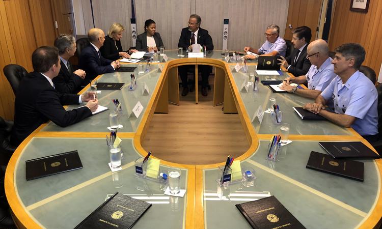 Ministro Raul Jungmann recebe representantes da Boeing
