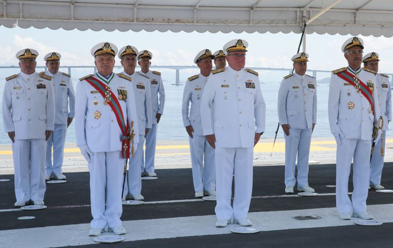 Transmissão do cargo de Comandante de Operações Navais é realizada a bordo do Navio-Aeródromo São Paulo