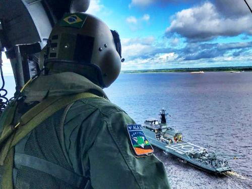 EsqdHU-3 apoia treinamento entre aeronave da Força Aérea e navio da Marinha do Brasil