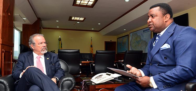 Embaixador da República da Guiné Equatorial no Brasil visita ministro Raul Jungman