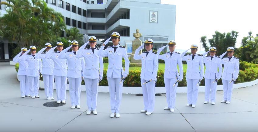 Mulheres se formam na Escola Naval