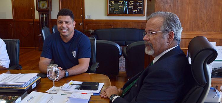 Ronaldo, o Fenômemo, pede apoio para projeto social
