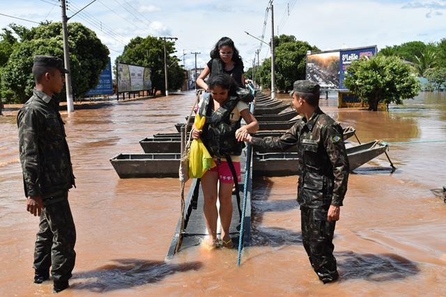 No Centro-Oeste, 24 horas por dia, militares auxiliam população afetada pela enchente do Rio Aquidauana