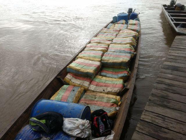 Exército Brasileiro apreende quase 2 toneladas de Skunk, Fuzil AK-47, pistola e munição em embarcação no Rio Içá