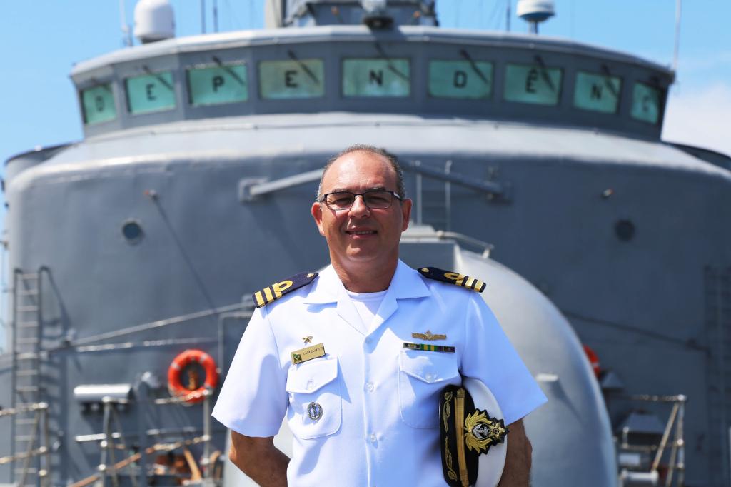 Capitão de fragata Marcelo Lancellotti na proa da fragata Independência. Foto: Luise Martins/UNIC Rio