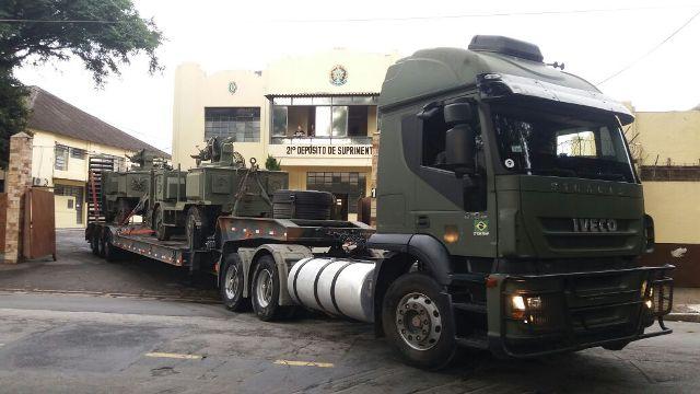 Logística militar do Exército Brasileiro atua em missão de transporte especializado de armamento entre SP e RJ