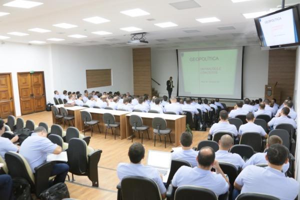 Oficiais-Alunos da ECEMAR iniciam estudos com método de Sala de Aula Invertida
