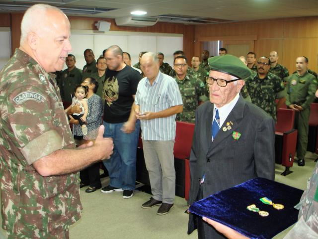 Aos 95 anos, ex-combatente da FEB homenageado demonstra manter grande entusiasmo e amor pelo Brasil.
