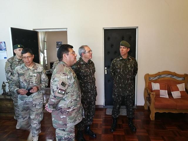 Adido do Exército Brasileiro na Bolívia visita Militares Brasileiros e Organizações Militares da Guarnição de Cochabamba.