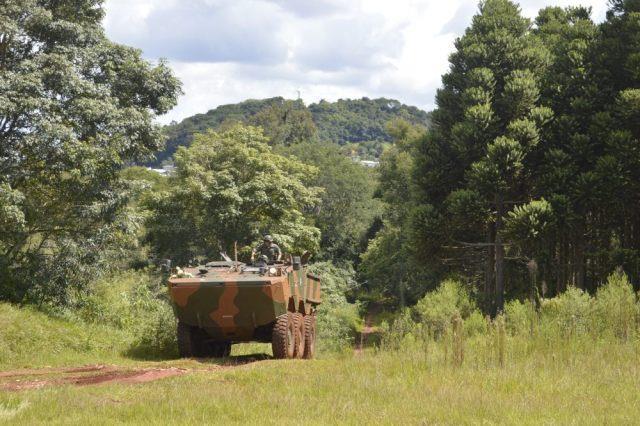 """Condução de Viatura Blindada """"Guarani"""" no 16º Esquadrão de Cavalaria Mecanizado"""