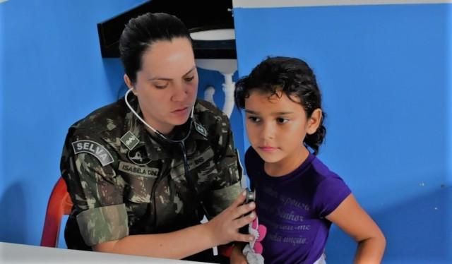 Médicos e dentistas atendem a quase 400 moradores de Riozinho da Liberdade, no Acre, em ACISO do 61º BIS.