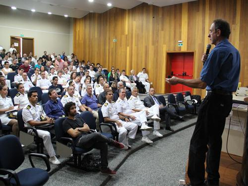Amyr Klink realiza palestra no Centro de Coordenação de Estudos da Marinha em São Paulo